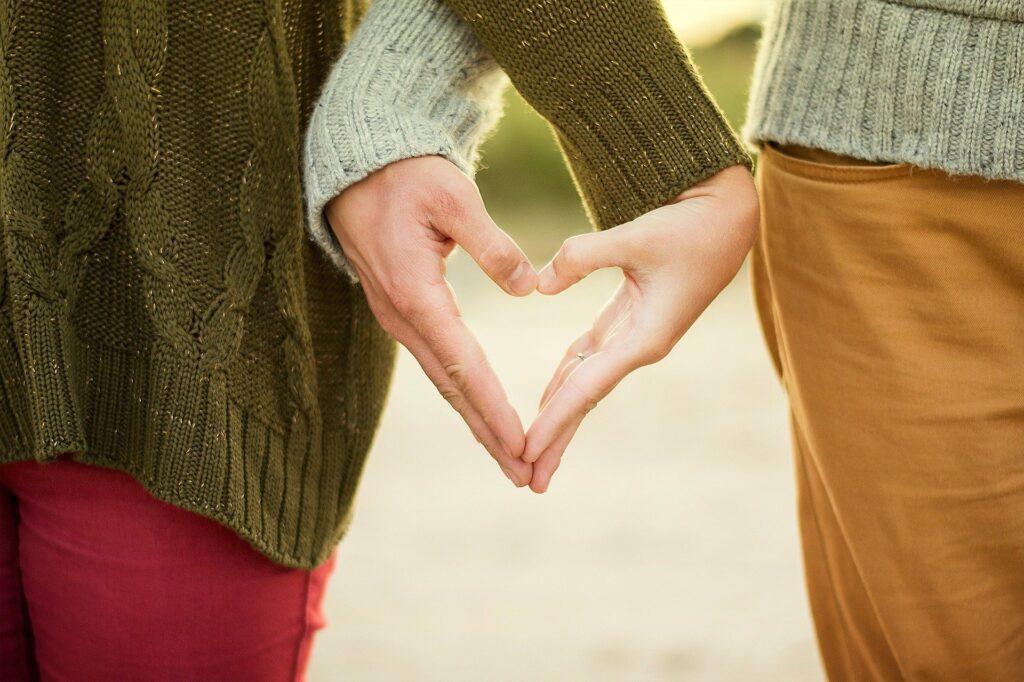 Kädet muodostavat sydämen.