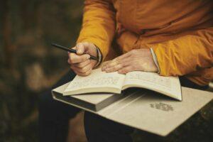 ihminen kirjoittamassa
